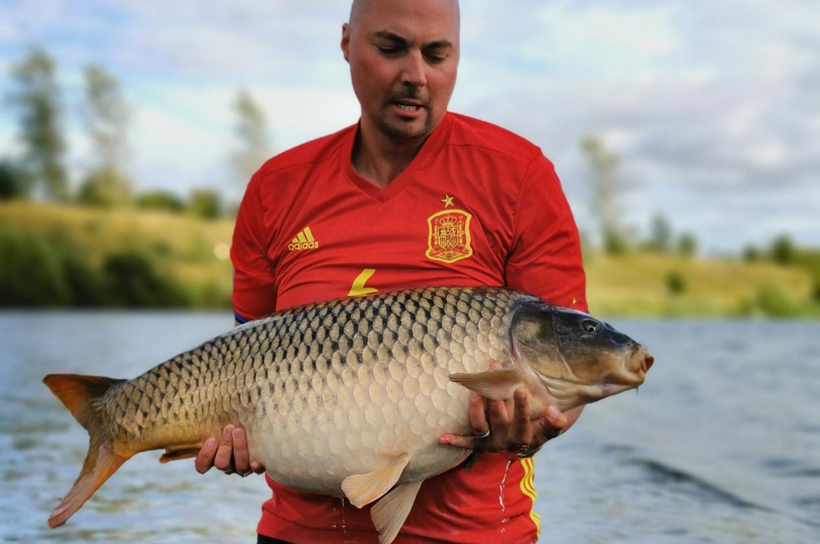 Stefan Hartwich med en af sine flotte 16 kilos skælkarpe.