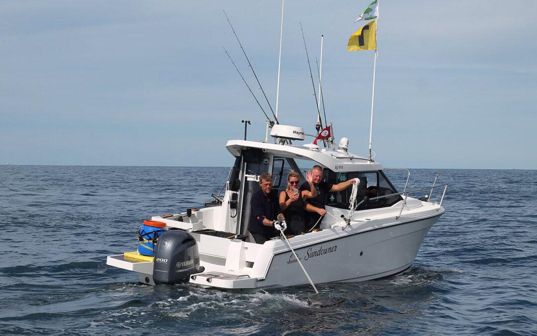 Så er tunen ved bådsiden og klar til et par hurtige fotos i vandet