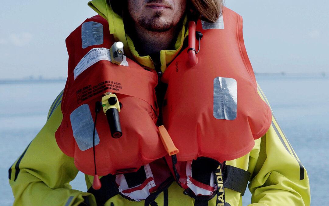 Med lys og reflekser på din redningsvest øger du sikkerheden på fisketuren.