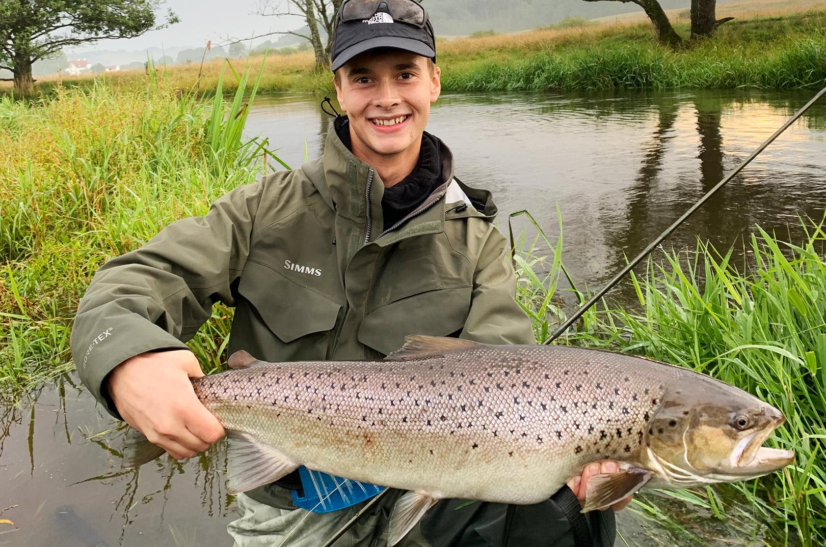 Adam Davis er på trods af sine blot 21 år en erfaren lystfisker med hang til store ørreder som denne.