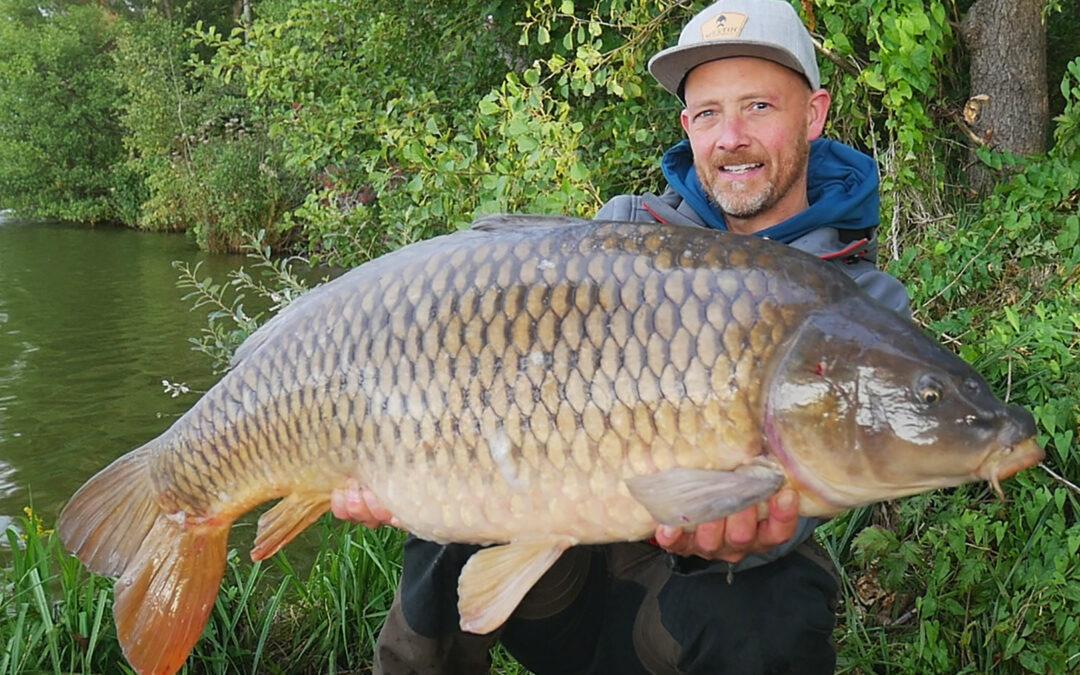 Allan Chrisitansen med sin flotte 15 kilos skælkarpe