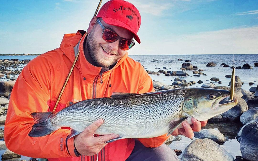 Teis m,ed sin flotte 4 kilos havørred fra Gotland