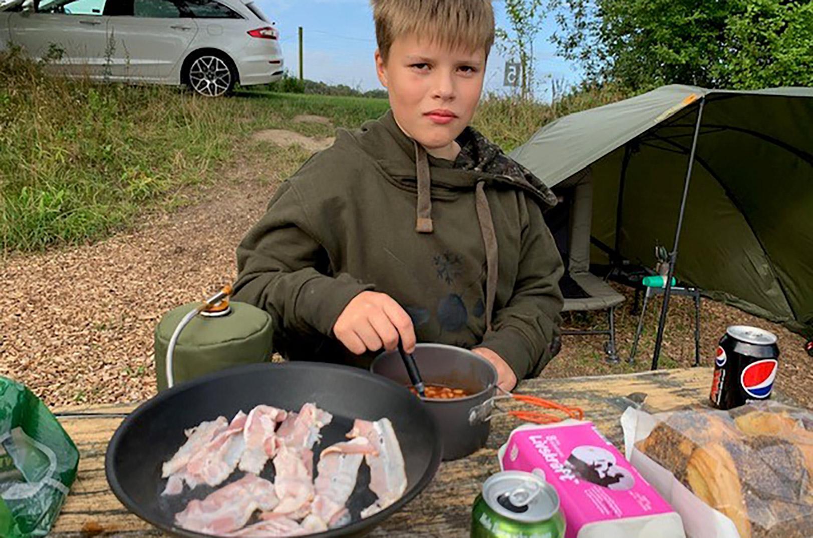Det var Victor der fightede den stor4e malle, men han ville helere hyugge med madlavningen end at hoppe i vandet for at blive fotograferet med den store fisk.