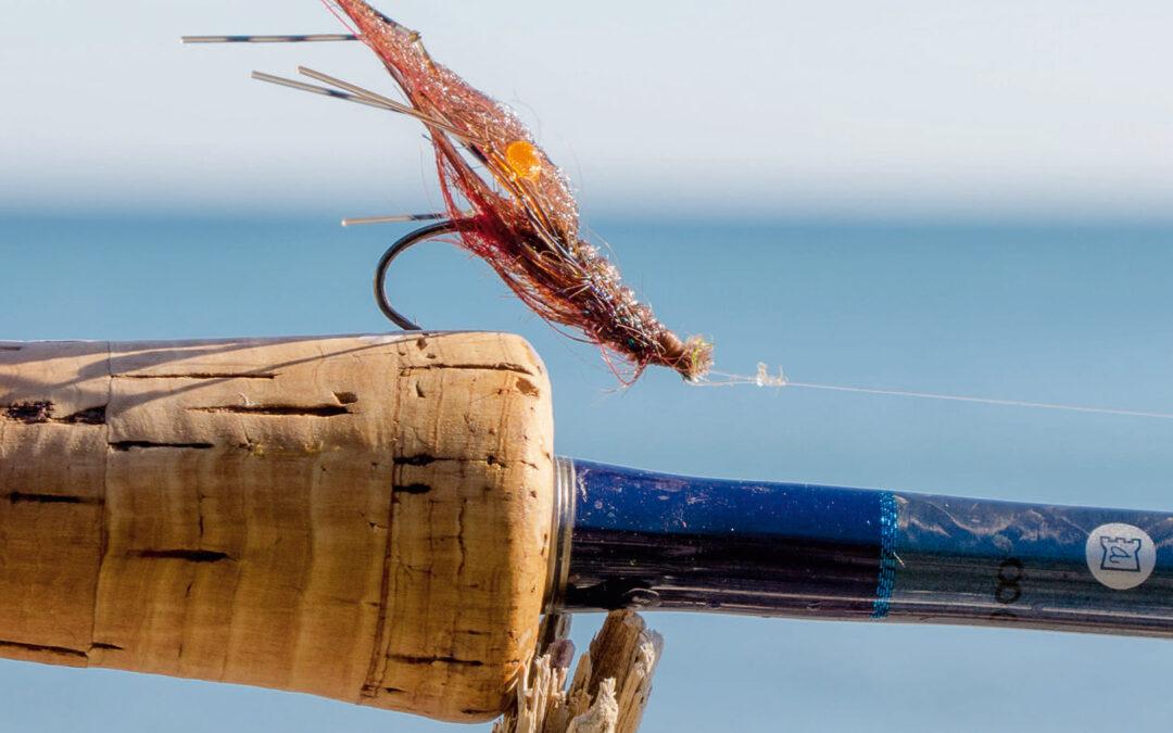 Når efterårets havørreder skal bydes op til dans, så kan små mørke rejer med hugpunkter være udslagsgivende for succes. Her ses en version, der ofte har lokket fiskene til hugget.