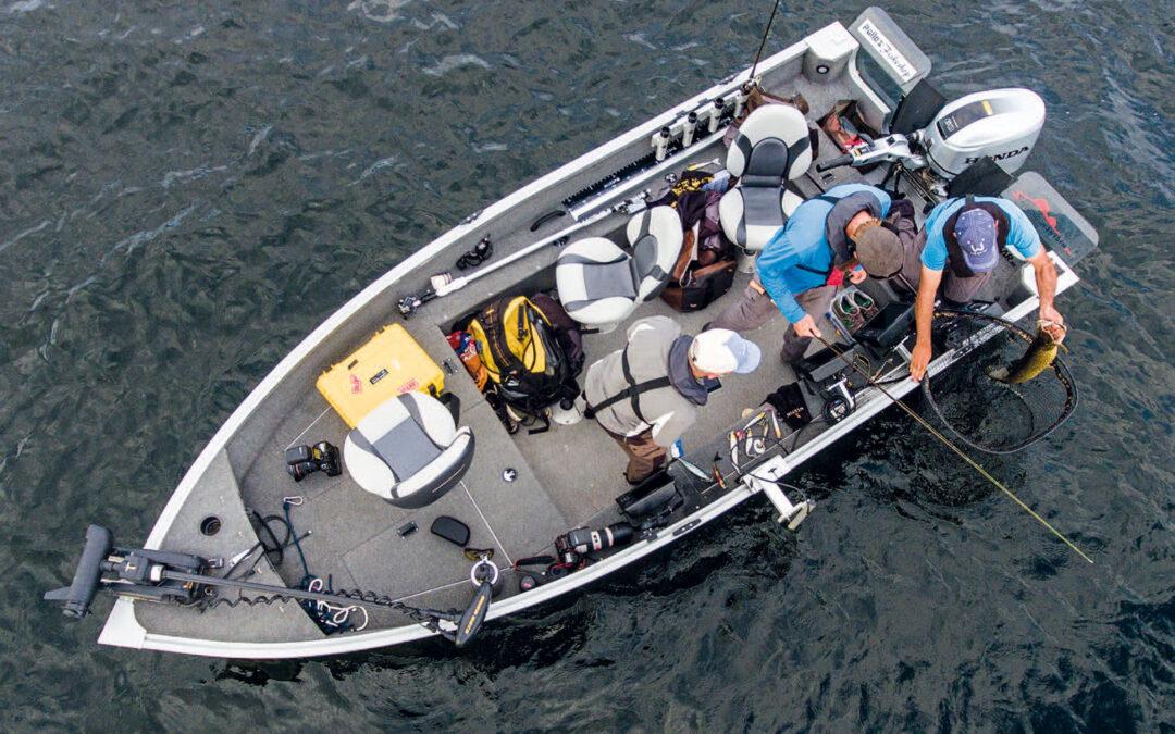 Henriks båd er udrustet med alverdens elektroniske gadgets. For et vellykket vertikalfiskeri efter gedde behøver du dog kun en brøkdel af dette...
