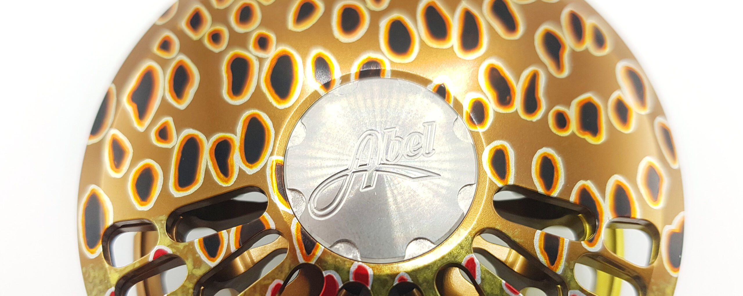 En af de helt unikke ting ved fluehjulene fra Abel er de håndlavede bemalinger på hjulene, der indebærer at hvert eneste hjul er forskelligt.
