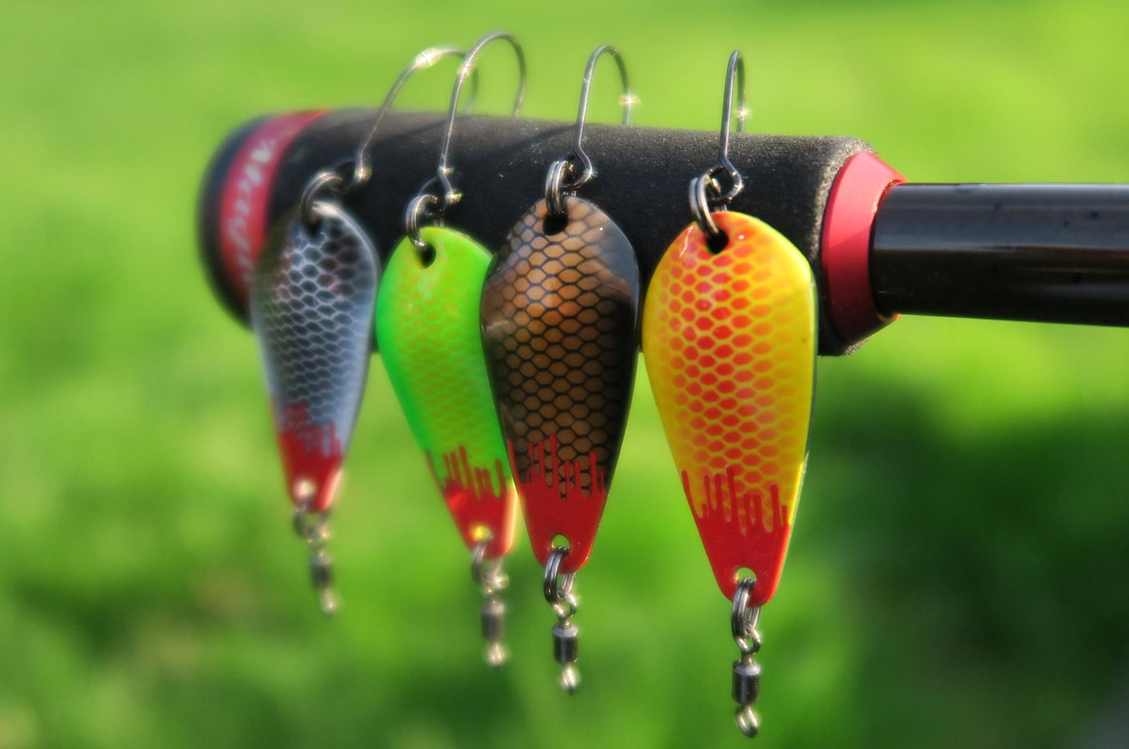 Små spoons i forskellige farver er et sikkert hit til P&T-søens monstre.