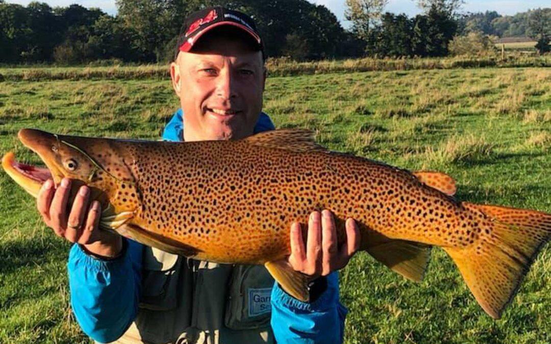 Brian fra Brede Å Lystfiskerforening med sin flotte havørred på 83 cm og 6,3 kilo.