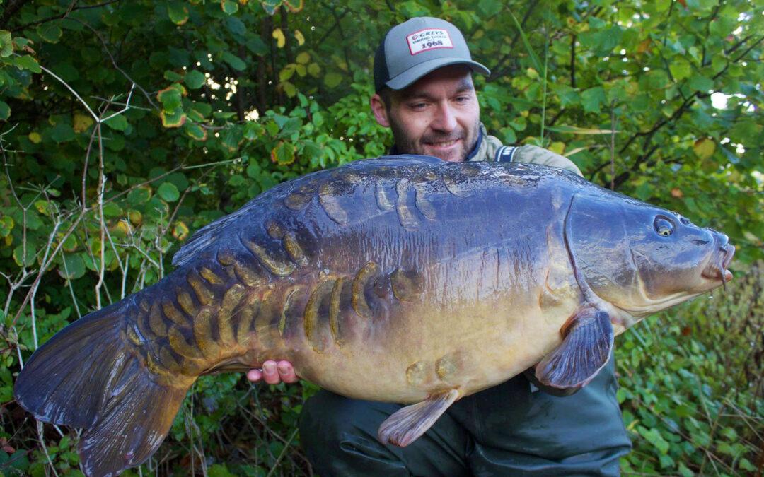Martin Olsen med sin fantastiske 16 kilos karpe taget på en CFC-boilie med scopex og banan smag