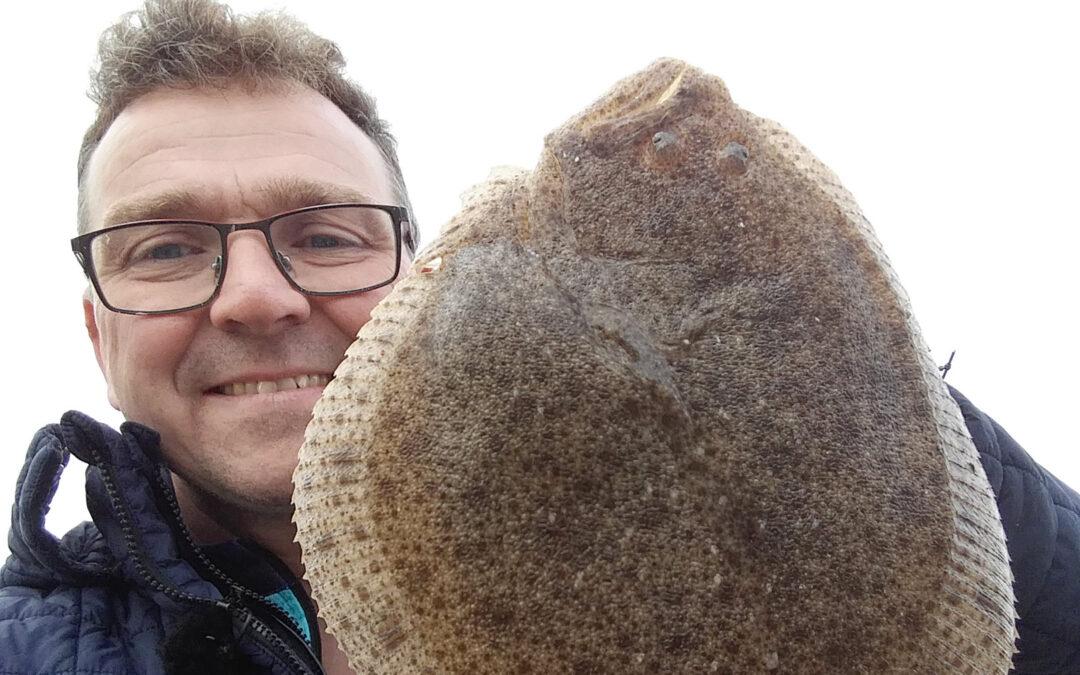 Jesper Larsen med en flot sjællandsk pighvar taget på molefiskeri