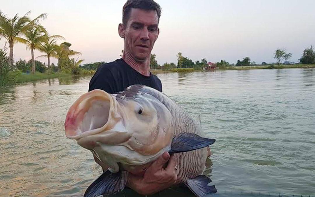 Kenneth med en flot siamesisk karpe fra Thailand