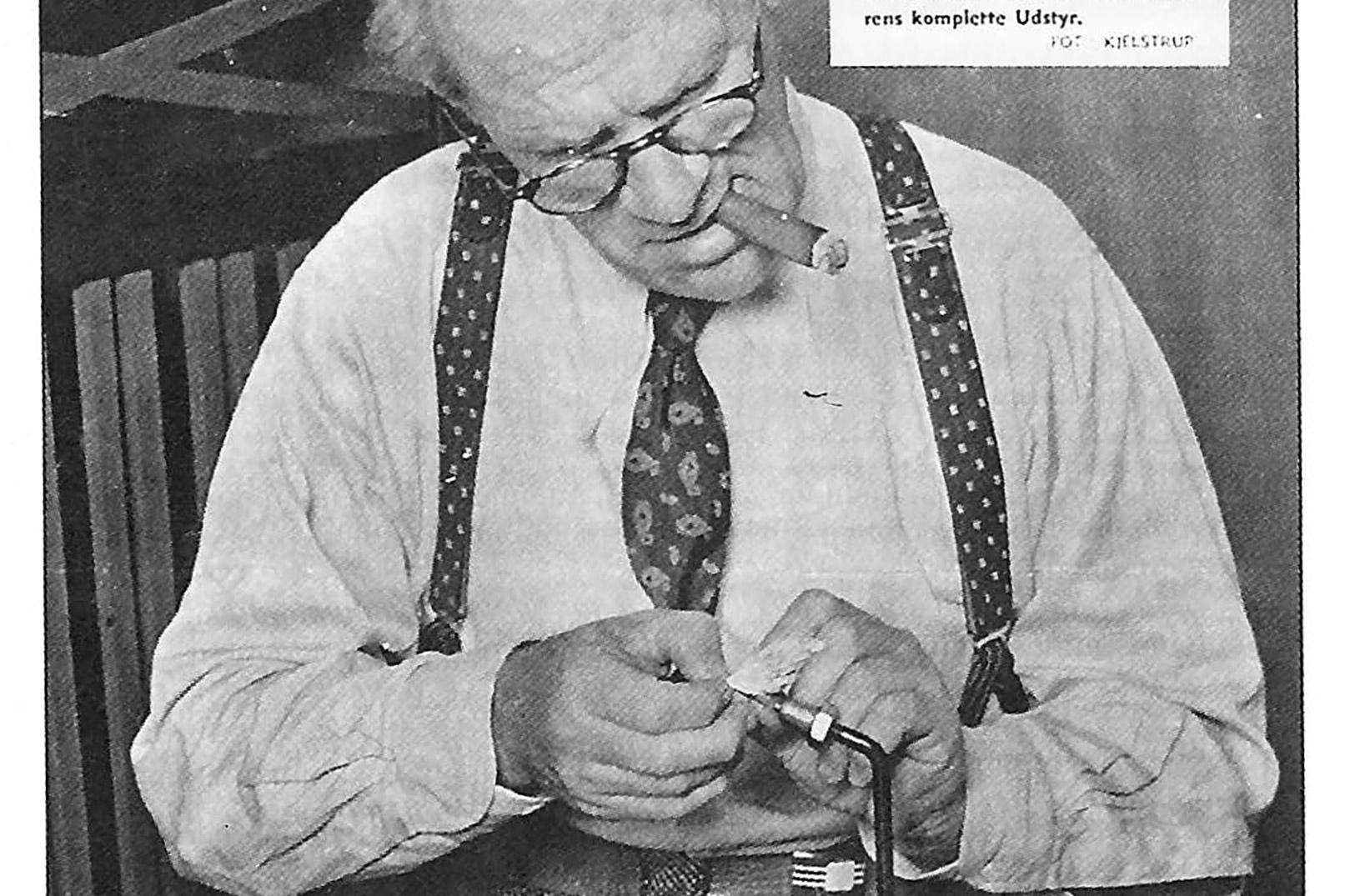 """Under overskriften """"Bind din flue – fang din laks"""" er Billed-Bladet d. 27. august 1940 på besøg hos Methling, der binder den perfekte lakseflue. Af teksten fremgår det, at der er tale om vores mest kendte lystfisker."""