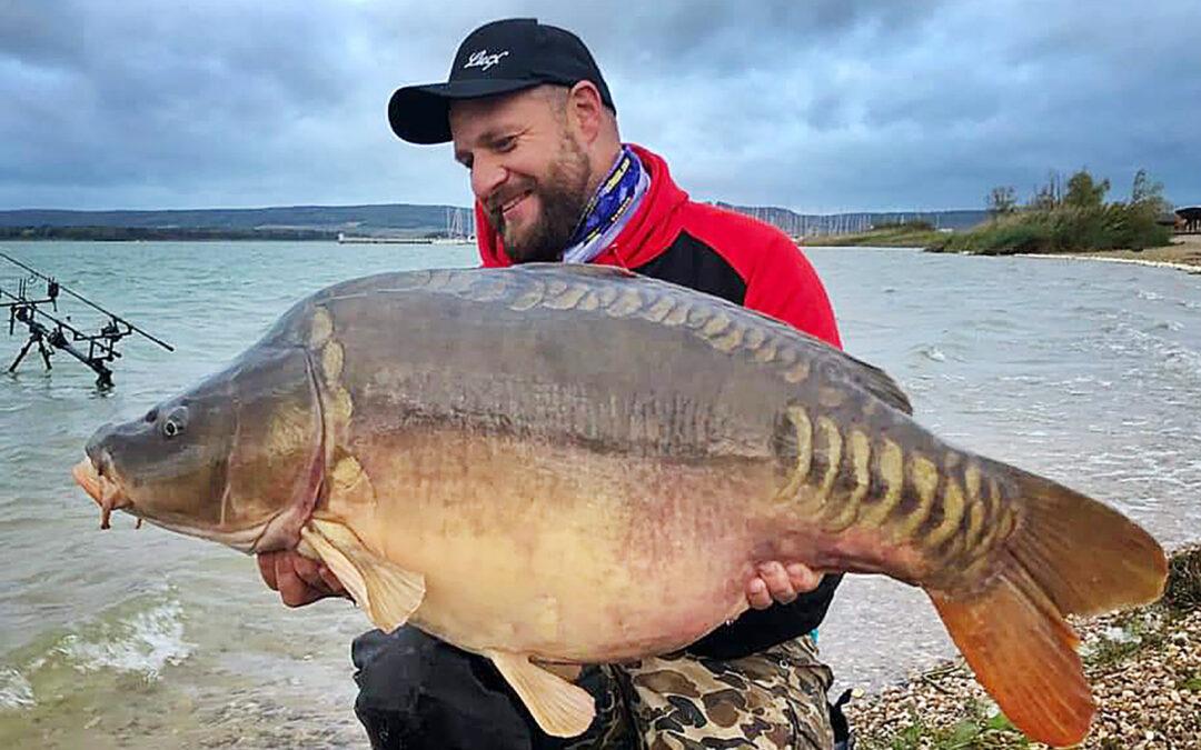 Paul Bräsel med danskernes største karpe på 19,8 kilo