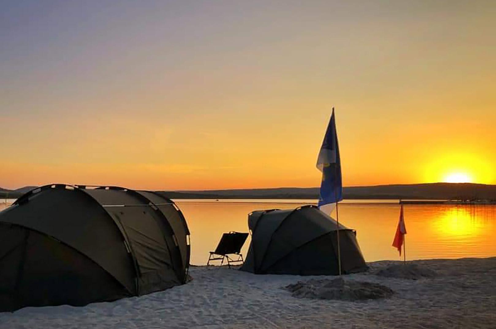 Aftenstemning ved Danmarks lejer ved VM i karpefiskeri ved Lac de Madine i Frankrig.