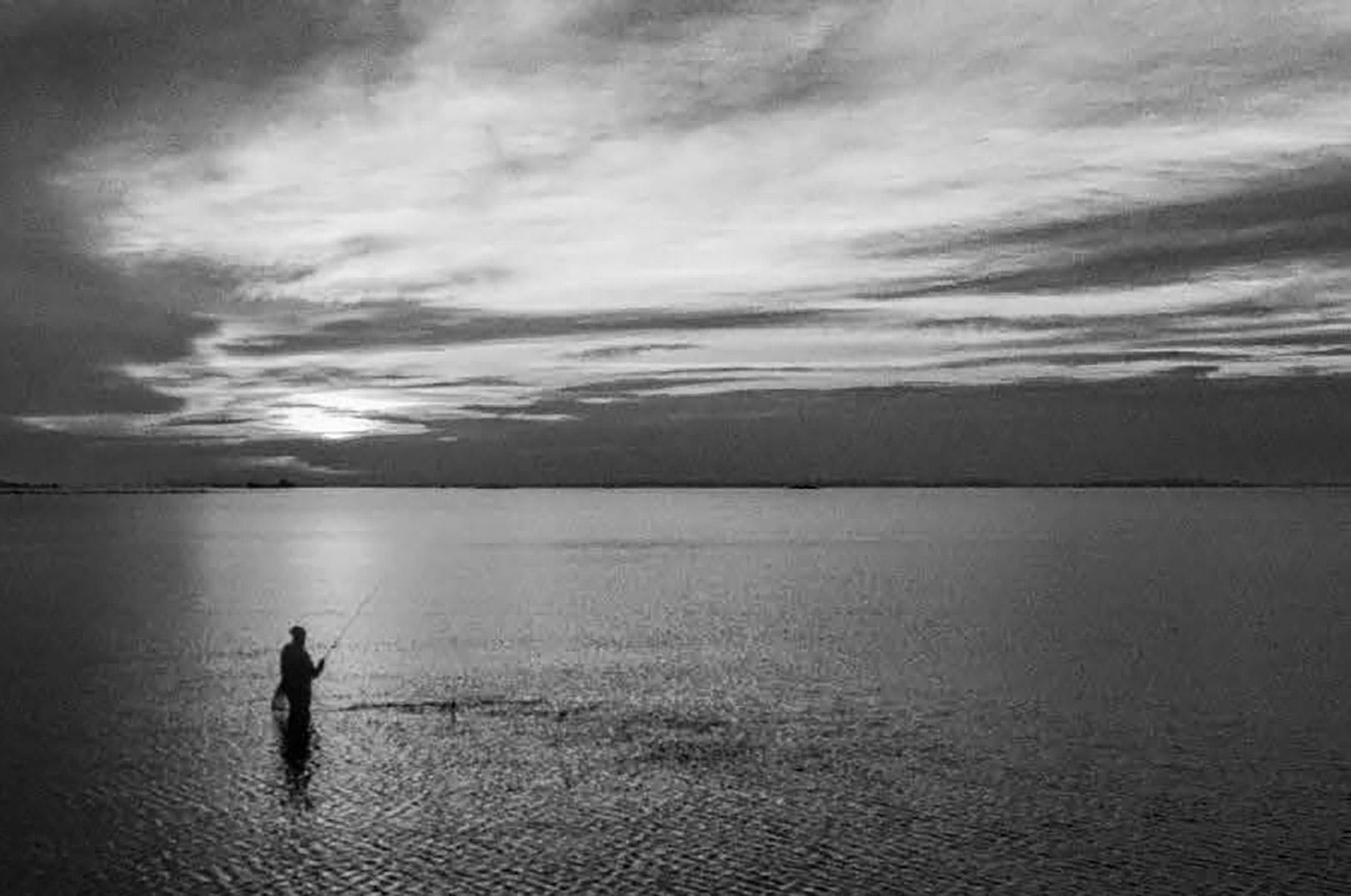 Kun enkelte steder er det nødvendigt, at vade et godt stykke ud i vandet. På de fleste pladser starter fiskeriet allerede fra land. Husk derfor, at affiske det vand tættest på dig godt og grundigt, før du går ud. For fisken går ofte tættere på land end du regner med...