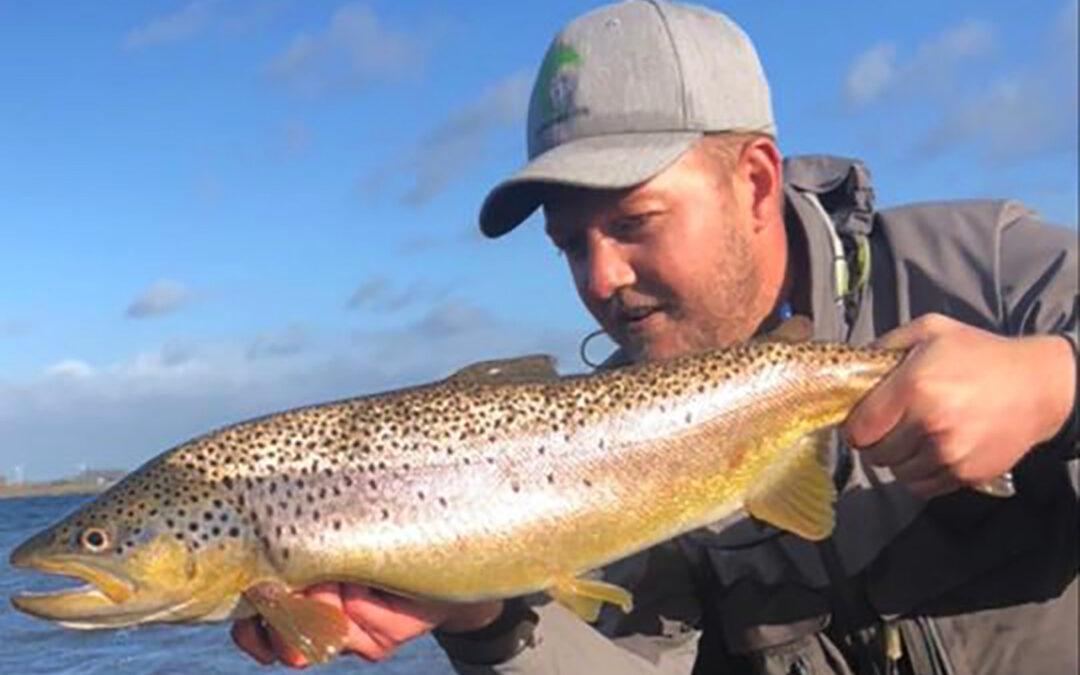 Anders Poulsen med en af turens flotte havørreder