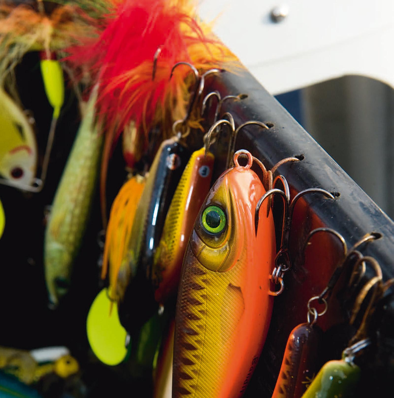 Traditionelle geddebaits er fra producentens side monteret med kæmpestore kroge - med grove modhager, der tilføjer fisken unødig skade. Ved at skifte til montager med betydeligt mindre kroge - kan man let nedsætte blødninger og krogsårenes størrelse med flere hundrede procent.