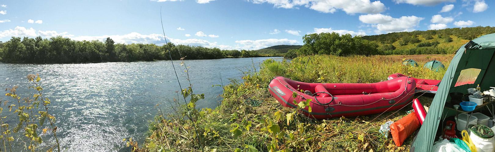 Guiderne klargører vores gummibåde, mens vi rigger grejet til og begynder at fiske.