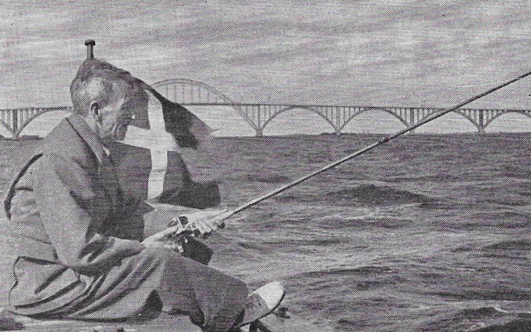 Ludvig Svendsen fisker efter gedder i Bøgestrømmen. Alt fiskeri trak i Ludvig Svendsen. Uanset om det var store tun eller skaller og brasener. Han var indbegrebet af en alsidig lystfisker.