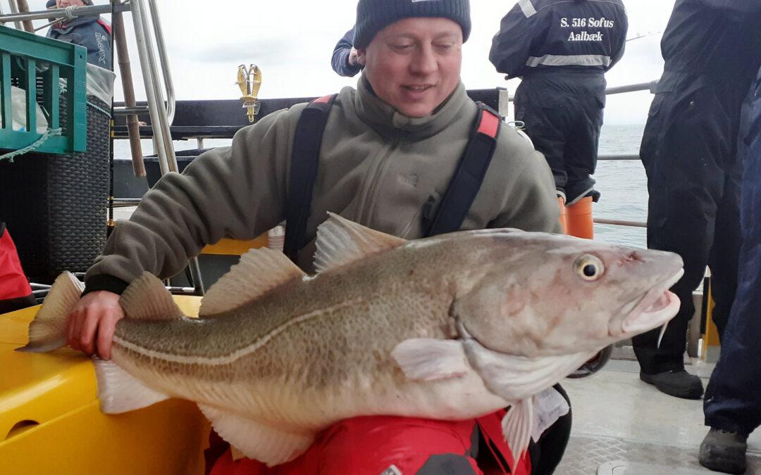 Peter Mejer med sin flotte 20 mkilos torsk taget fra Seahawk.