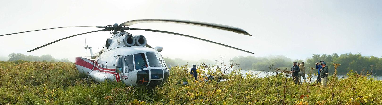 Vores MI 8 helikopter lander ved Opala River, og det hårde slid med at få alt gearet ud kan begynde.