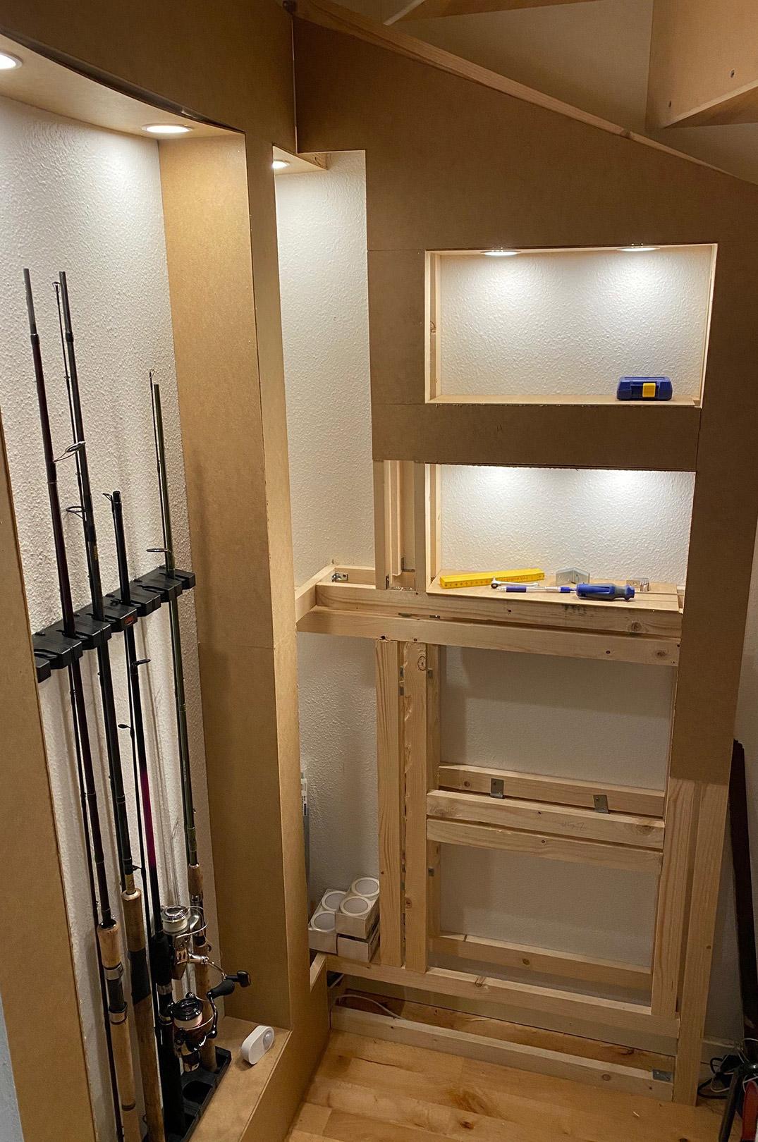 Jeg valgte at bygge anden sektion op med 4 rum. Alt er bygget med fyrretræslister, og 3 mm mdf plader, der er savet ud med fukssvans, og sømmet på.