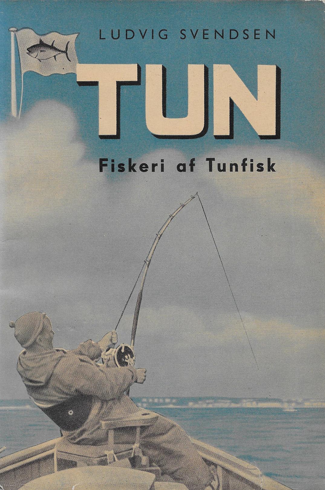 """Ludvig Svendsens bog med titlen tun er en spændende bog der kommer hele vejen rundt om datidens tunfiskeri. Helt naturligt præges forsiden af """"Tunkongen"""" Carl Bauder."""