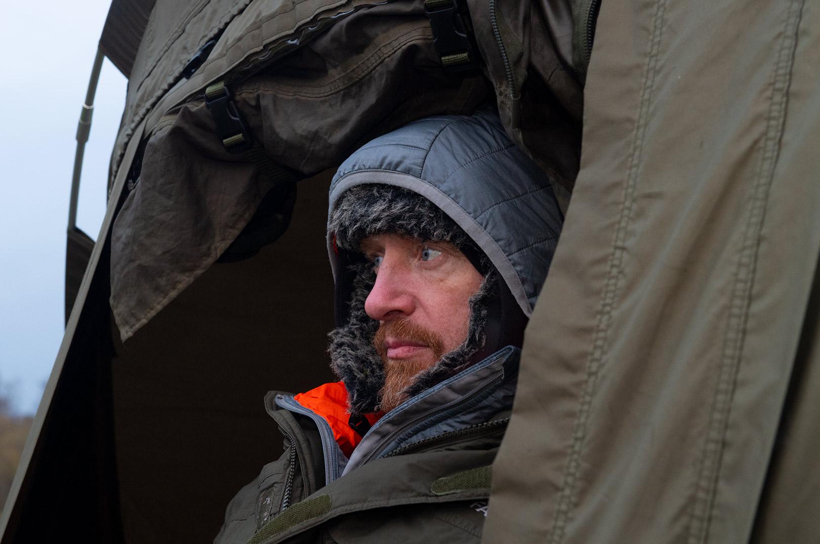 Søren Beck venter på hug fra storgedden med huen godt trukket ned om ørerne.