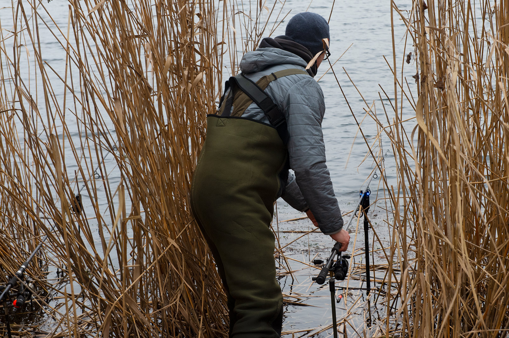 Søren Beck tjekker bidmeldren en sidste gang, inden den døde agnfisk får lov til at ligge på bunden, indtil der er hug..