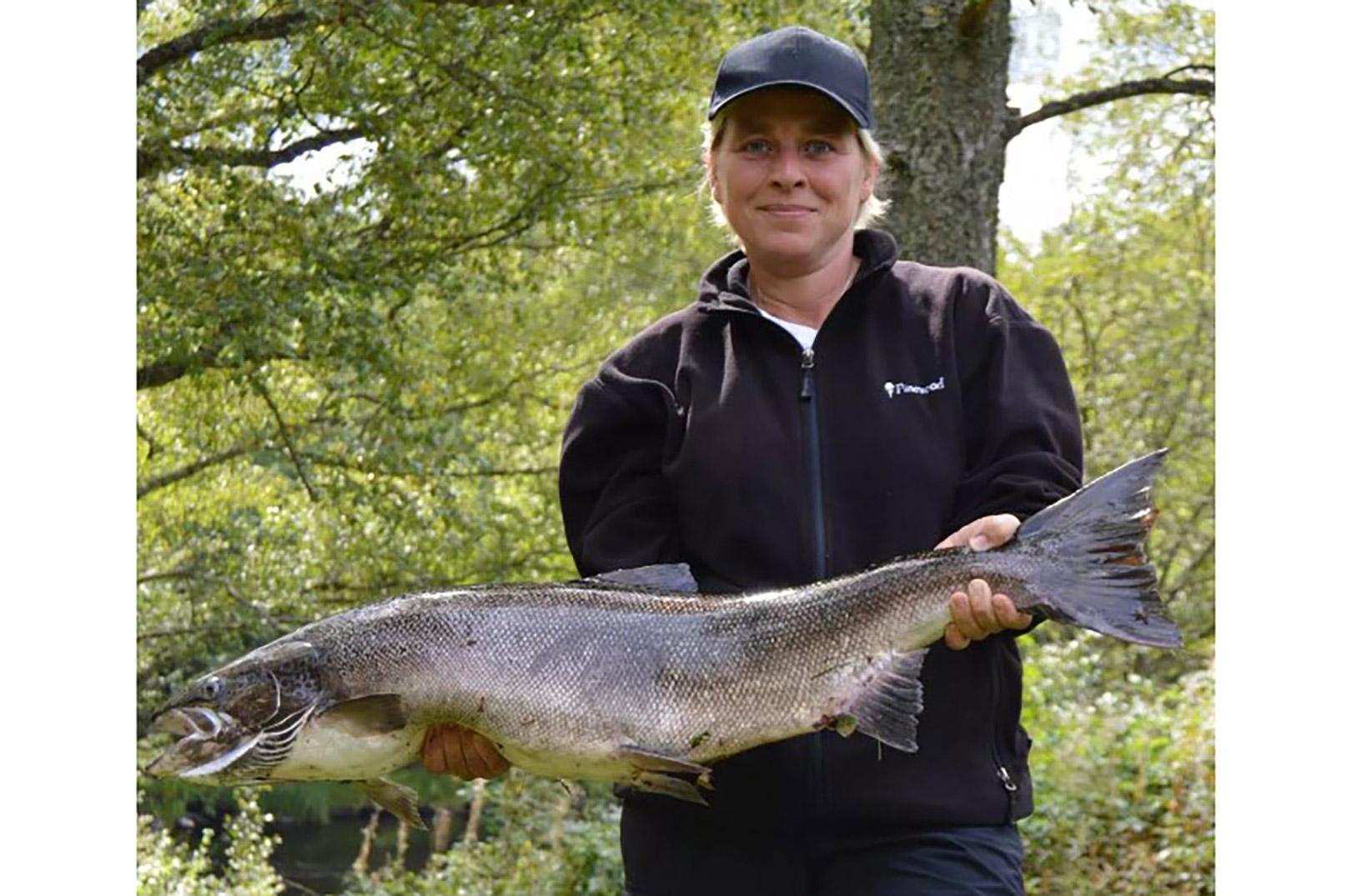 Tina Riboe er vild med at fiske efter laks - som fx denne flotte fisk fra Mørrum.