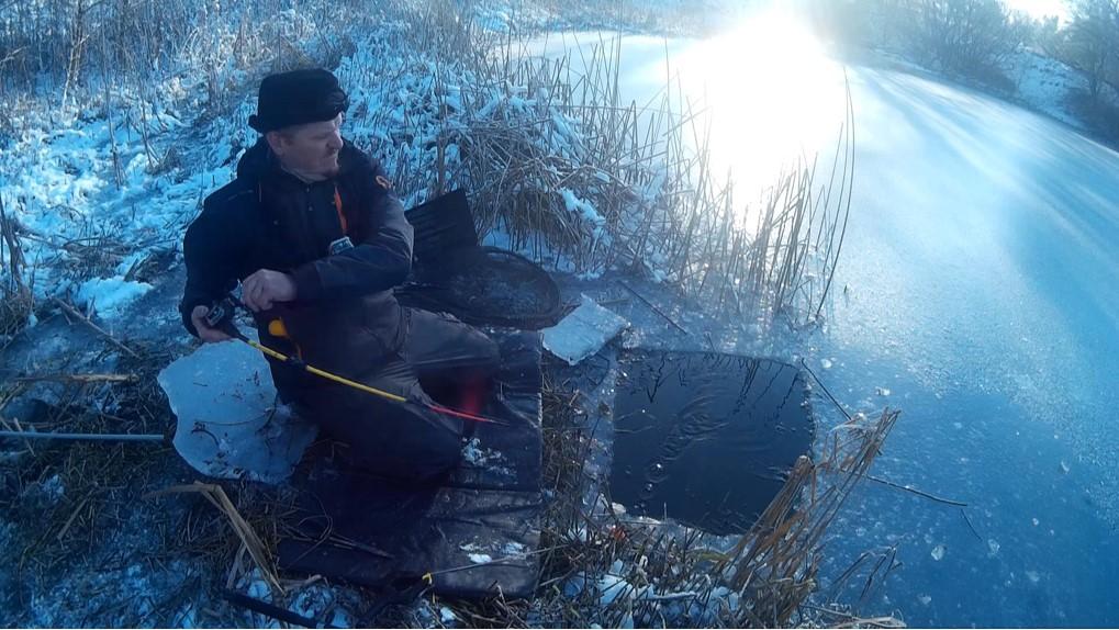 Bevøbnet med elektrikerrøer kan du fiske gedder under isen selv når isen ikke kan bære.