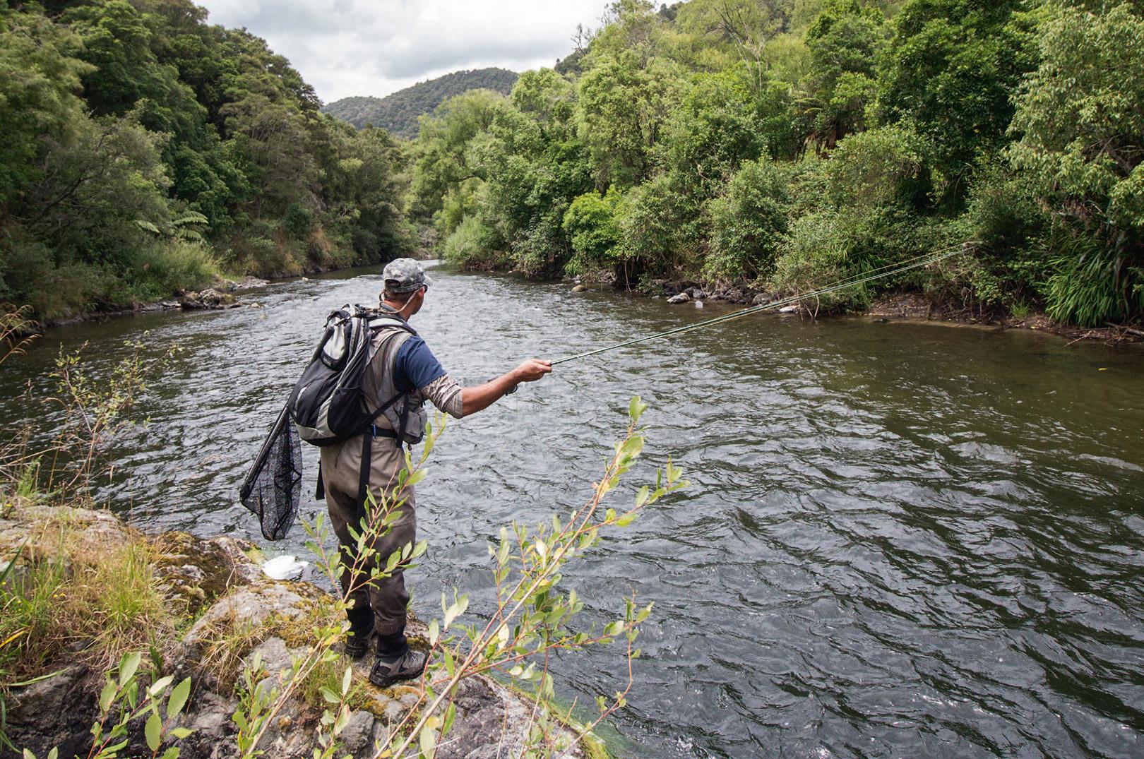 Det er ikke kun de mange ørreder, som tiltrækker fluefiskere fra alle verdens hjørner til New Zealand. En fisketur langs de rå newzealandske floder er en naturoplevelse uden sidestykke, som du kun finder få steder i verden.