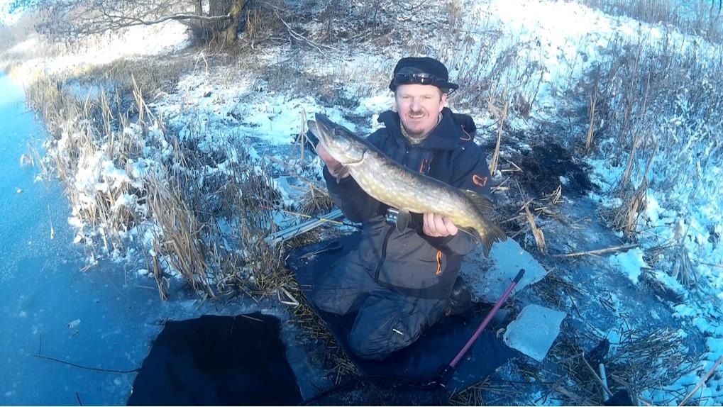 Geddefiskeri under isen kan let bedreivbes med hjælp fra et elektrikerrør. Her er Jens Nordmark med en fin gedde taget på metoden.