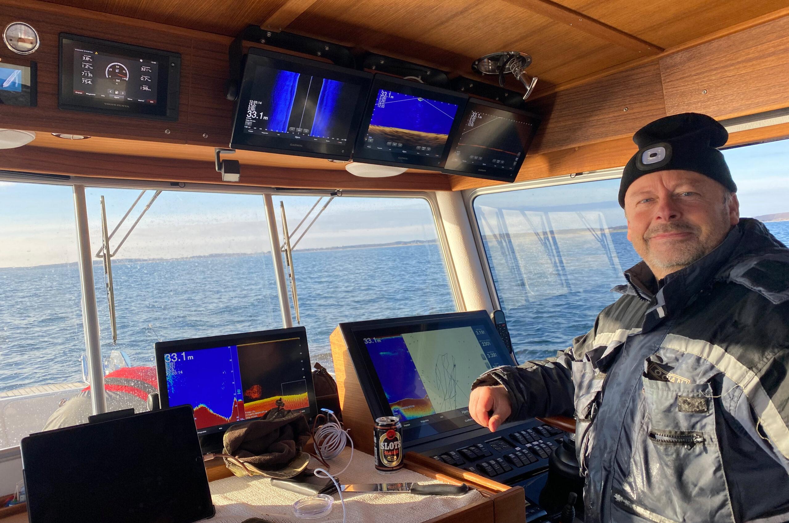 En glad Benny med i sin nye båd med alle de nye Garmin instrumenter.