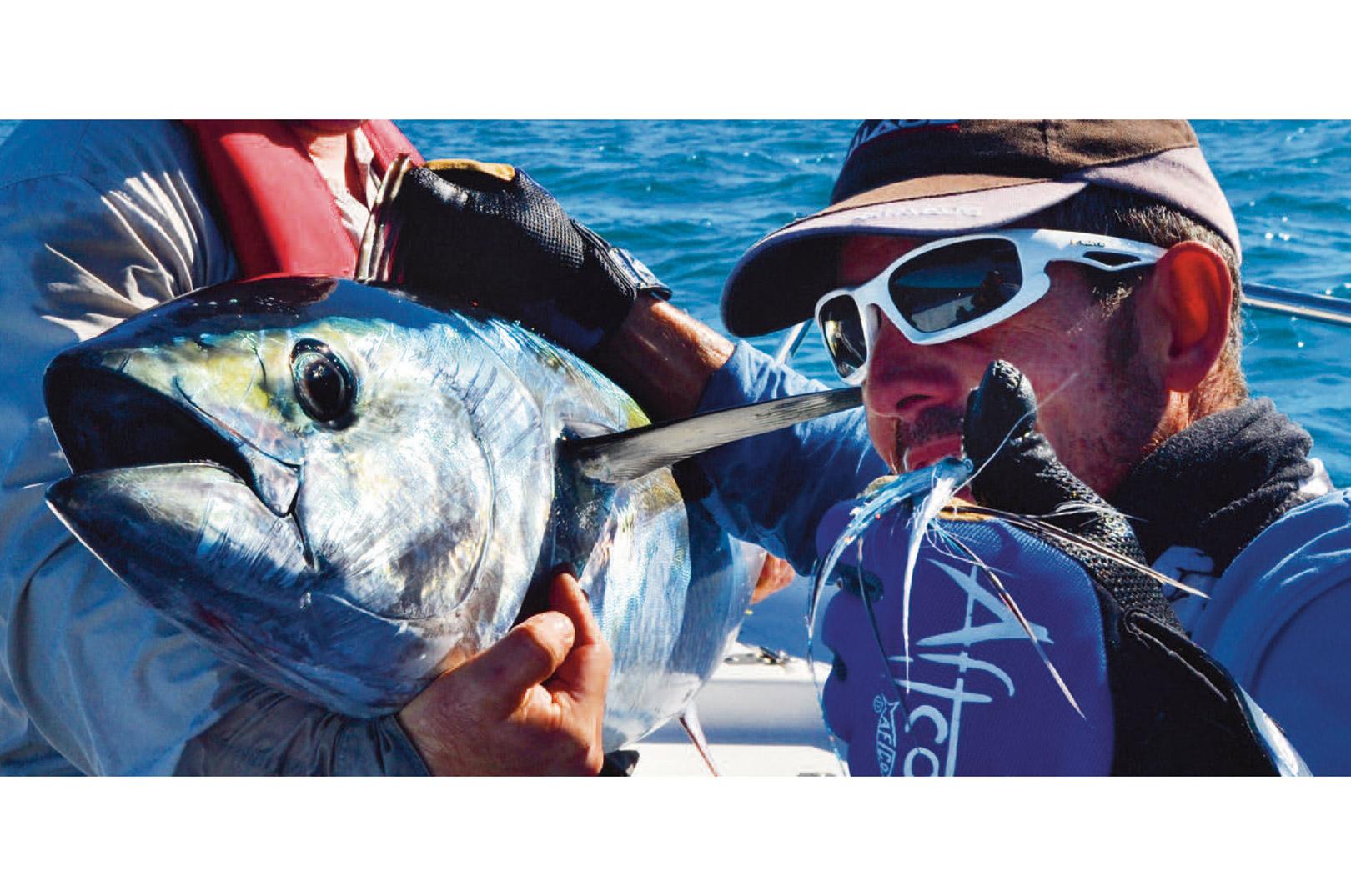 """""""Fusk"""" med turens første fluefangede blåfinnet tun! En fisk på 50lb der pressede #12 grejet til det yderste... en """"let"""" #12 stang kan være fristende da de er meget let kastende ifht. de tungere stænger men det anbefales at have tungere udrustning om bord hvis man skulle rende i større fisk og der skal være mulighed for at genudsætte dem igen."""