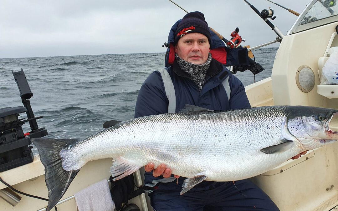 Andrej Fokin med sin flotte 15 kilos laks fra den lithauiske del af Østersøen - fanget liget inden isen lukkede havnene.