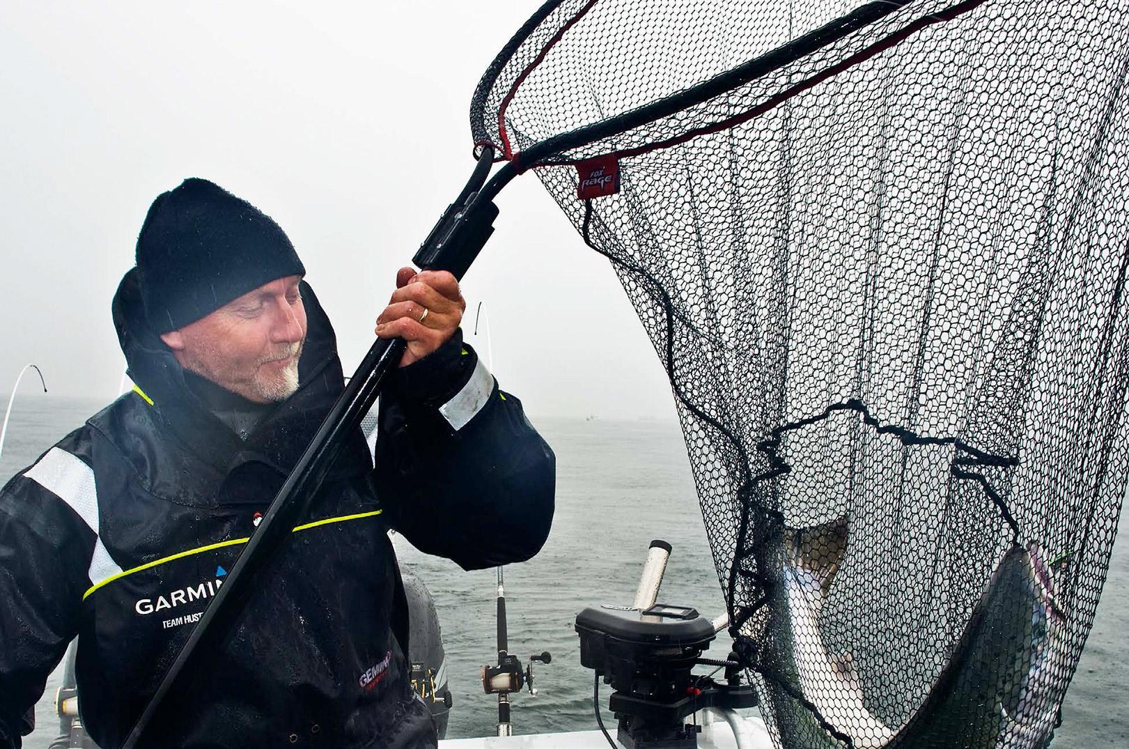 Endnu en flot laks til Hustleren, der som mange andre trollingfiskere i vinterhalvåret bruger tørdragt.
