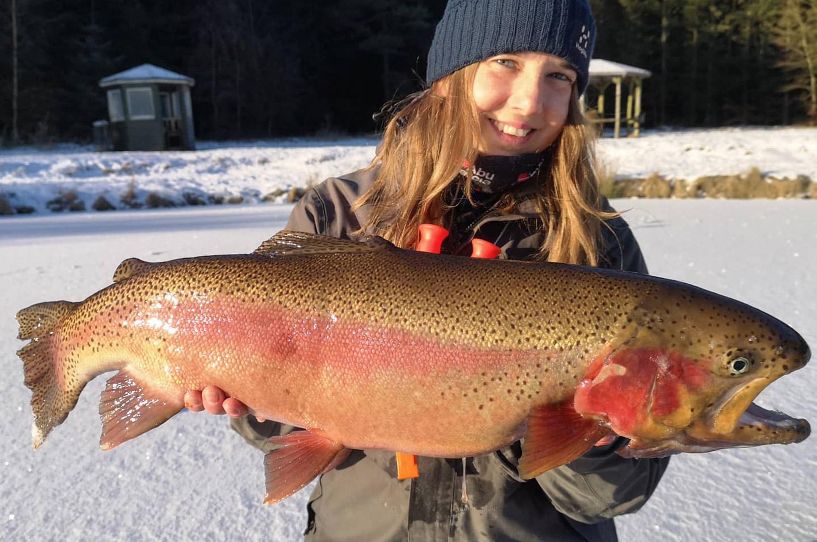 Irena Mathiasen med den største fisk hun fik fra Oxriver - en regnbueørred på lidt over fem kilo.