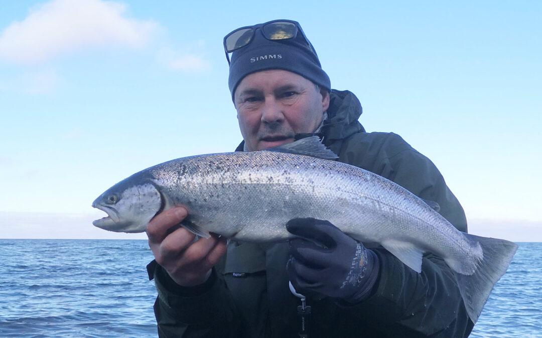 Jan Nielsen med sin fine havørred fra Djurslands yderkyst
