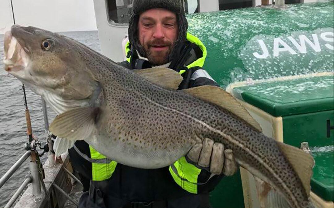 Michael Lyhne med sin flotte torsk taget ombord på Jaws