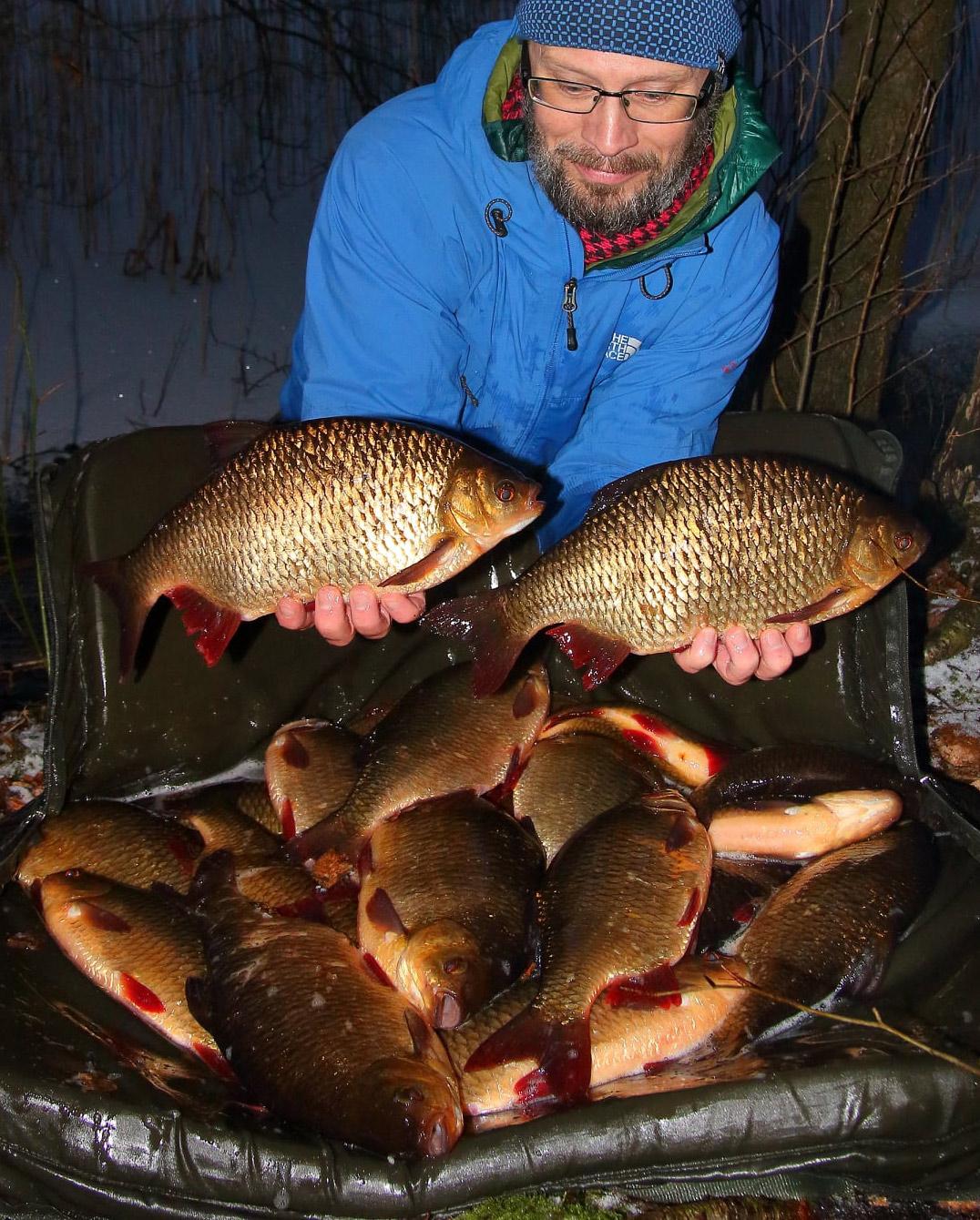 Jacob Utzen Bechmann fik det vildeste rudskalle-jackpot ved at fiske i en våge i isen.