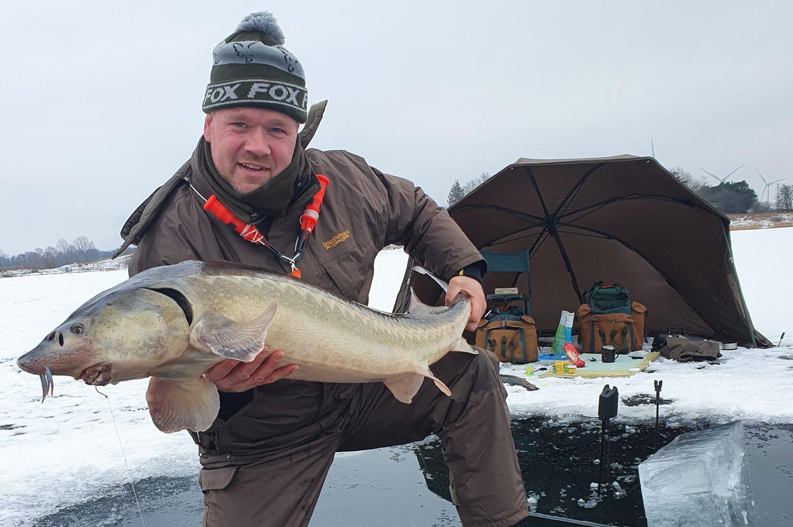 Nicolai Lundorf Christensen med en fin russisk stør taget fra isen i Kaldred Put and Take.