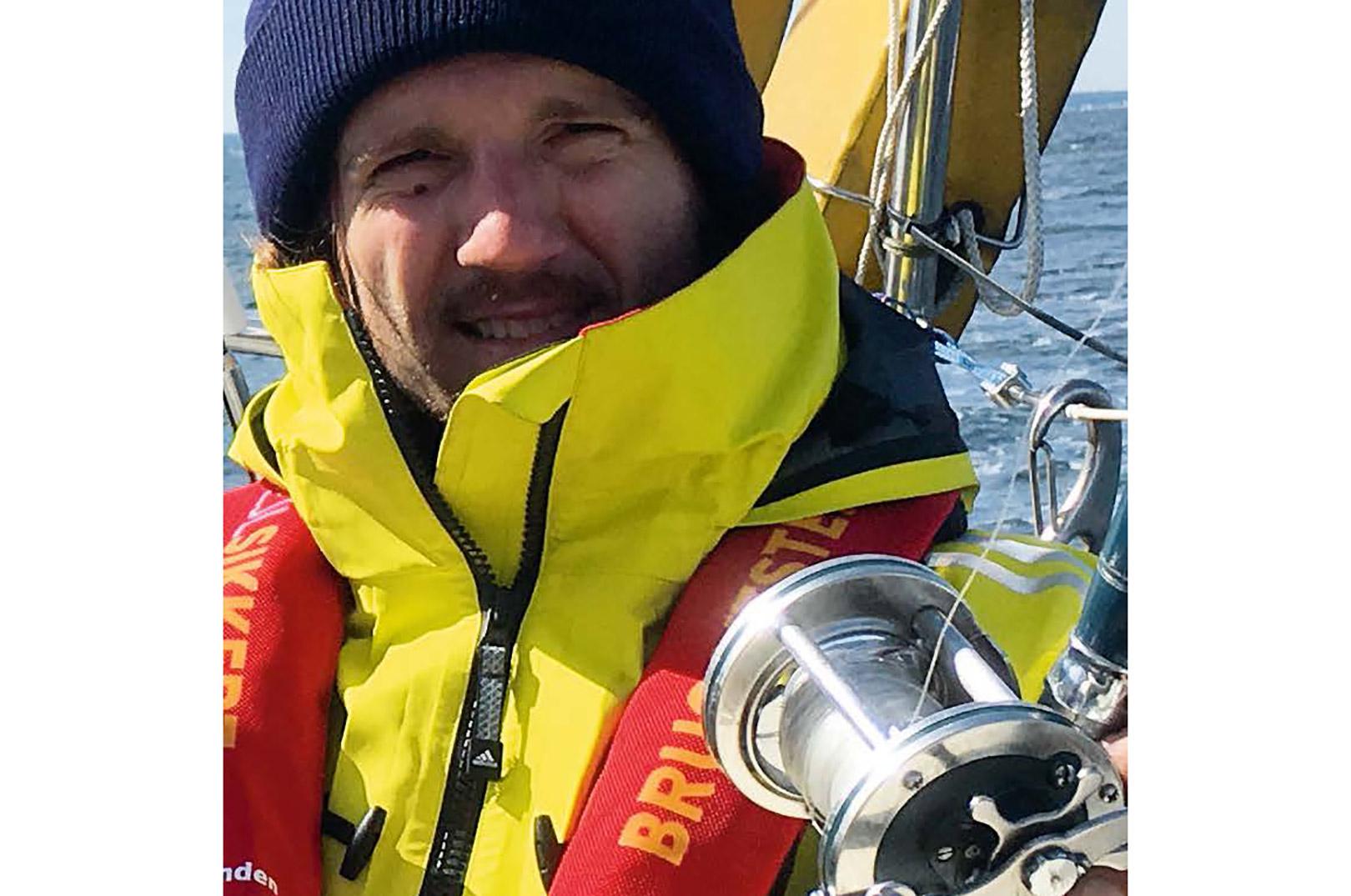 Sune Abelgren Nielsen fisker selv. Her ser du ham med flydedragt og CO2 vest, der giver en god bevægelsesfrihed under det praktiske fiskeri.