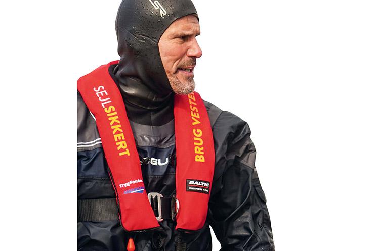 Det tåler helt klart en gentagelse: Kombinationen af tørdragt og redningsvest som her er den bedste sikkhed for ikke at fryse ihjel eller drukne i det kolde vandom vinteren