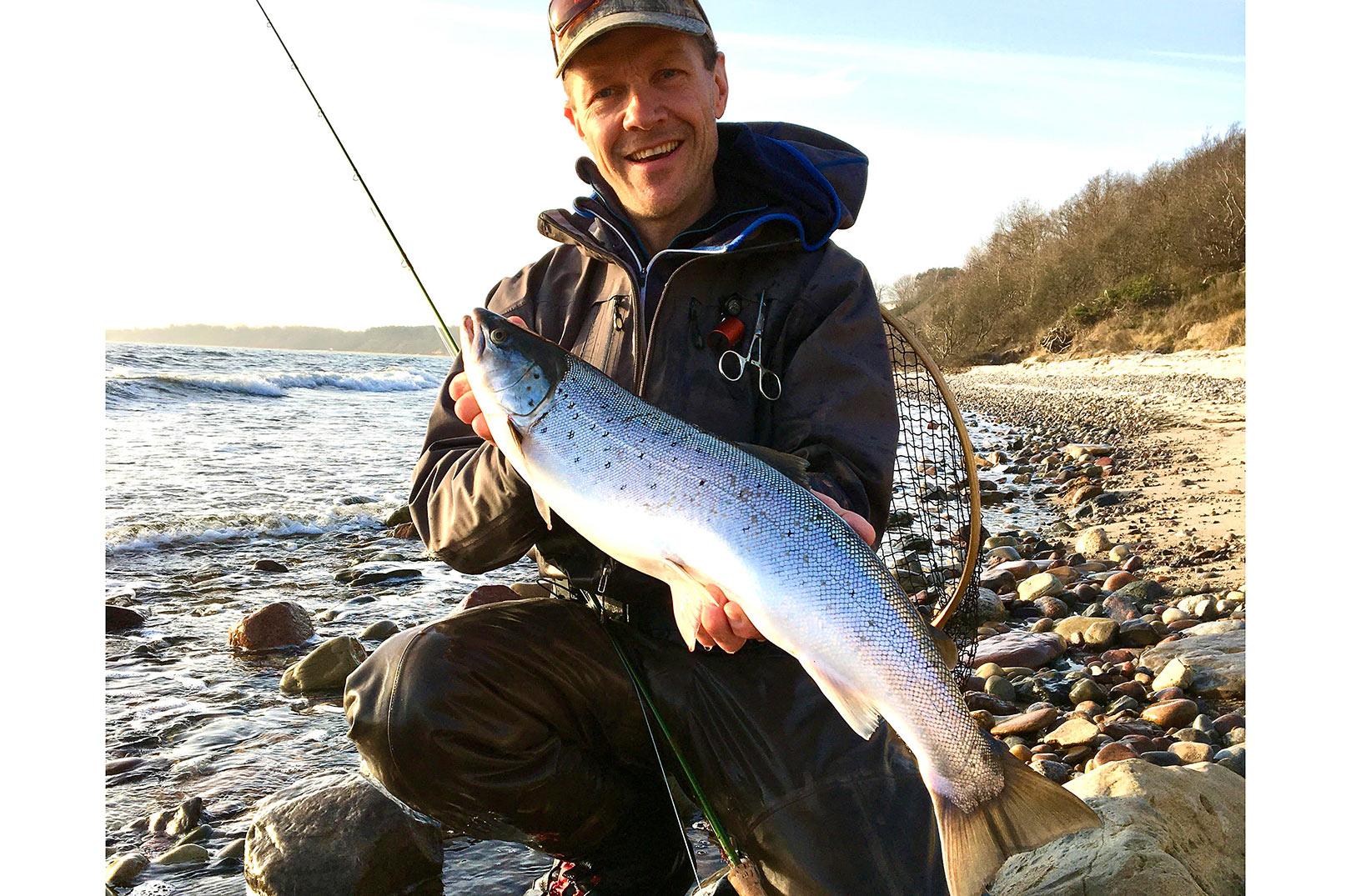 Mikkel Jungersen med sin fine havørred på 67 centimeter fra Bornholm.