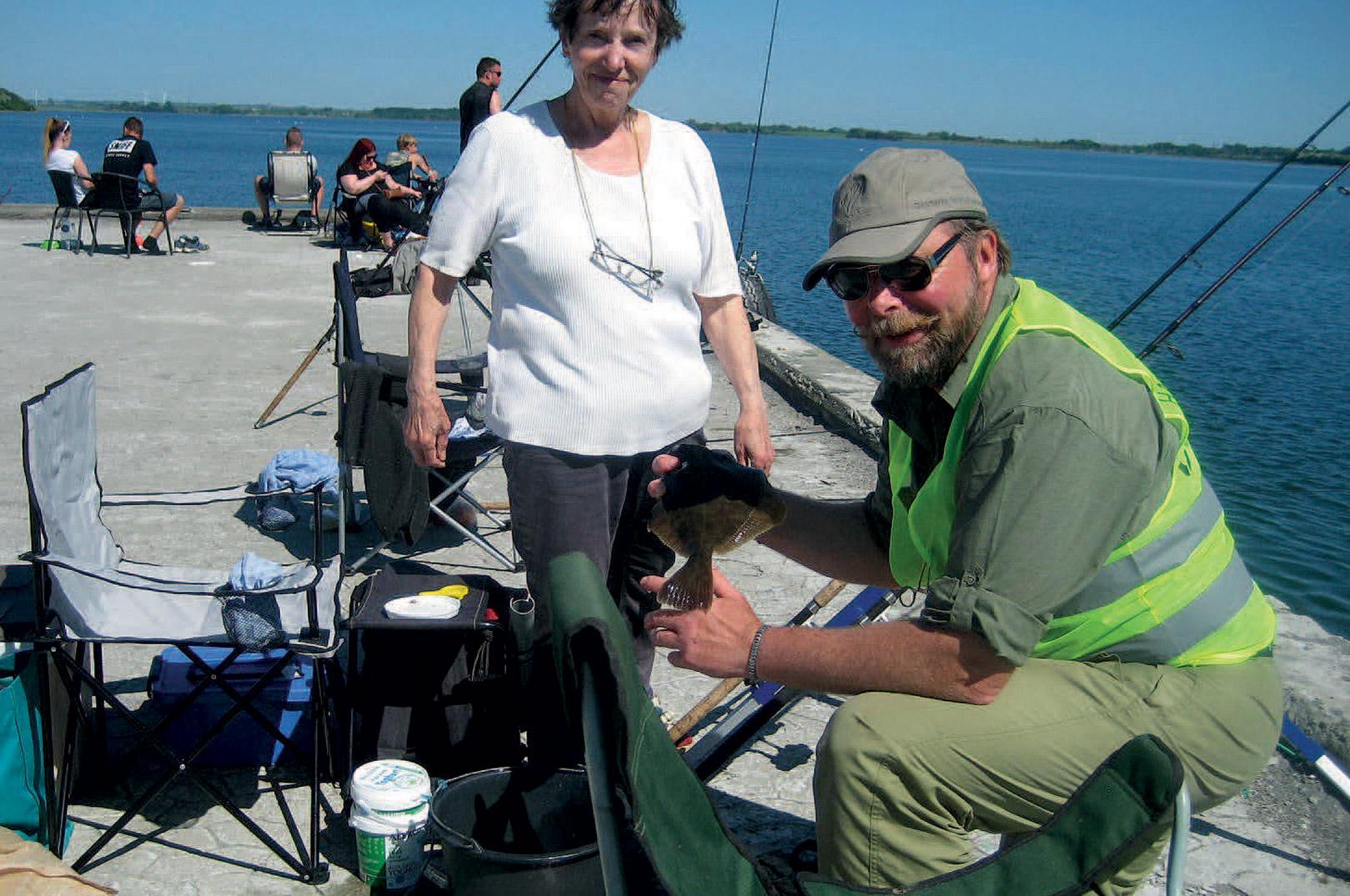 Fiskeriet efter fladfisk i havnene er et super hyggeligt fiskeri, hvor alle kan være med.