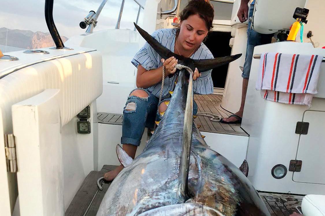 Det er også de helt store som denne man kan fange i farvandet omkring Mallorca - hvor den blåfinnede tun gyder.