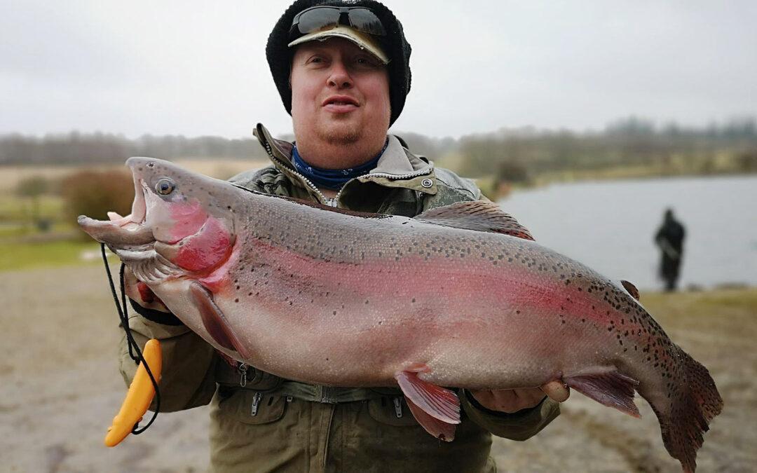 Jan Refstrup med sin flotte regnbueørred fra Munkbro Put and Take