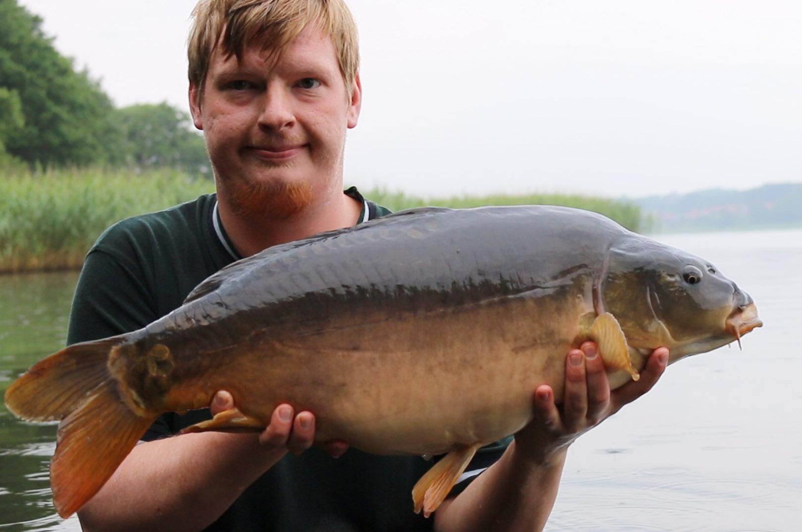 Mark Hemmingsen, der er formand for Danske Karpe- og Specimenfiskere - med en flot karpe.