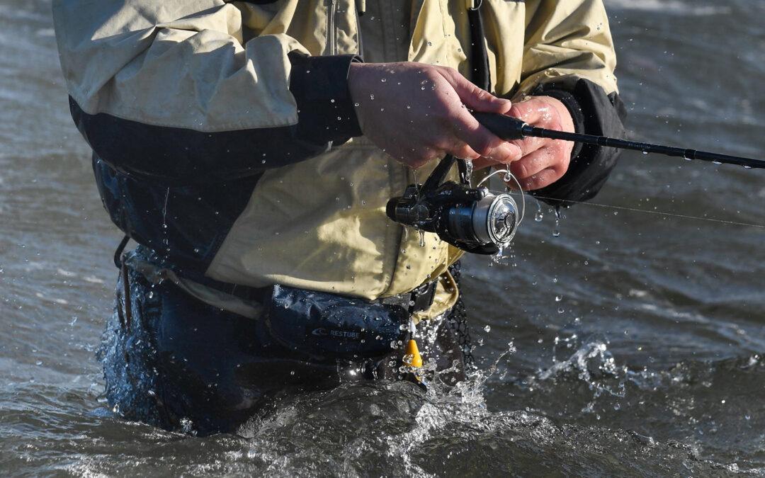 Når man fisker med røven i vandskorpen, er det altid en god ide at pakke de vigtigste ting vandtæt.